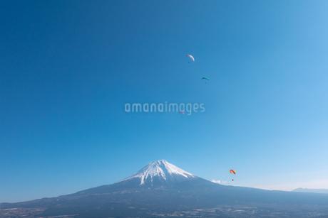 富士山とパラグライダーの写真素材 [FYI04101569]