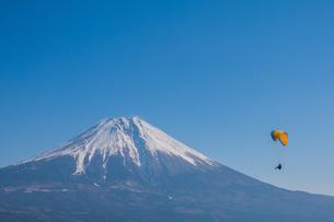 富士山とパラグライダーの写真素材 [FYI04101571]