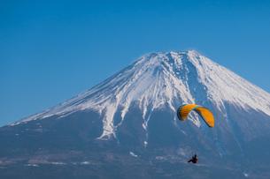 富士山とパラグライダーの写真素材 [FYI04101572]