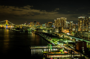 レインボーブリッジとビル夜景の写真素材 [FYI04101587]