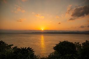 小浜島の夕日の写真素材 [FYI04101592]
