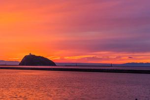 夕焼けの中の大黒島灯台の写真素材 [FYI04101593]