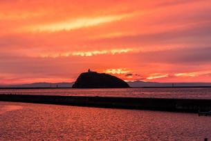 夕焼けの中の大黒島灯台の写真素材 [FYI04101594]
