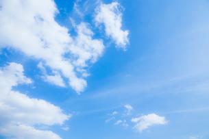 淡い青空と白い雲の写真素材 [FYI04101601]
