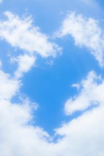 淡い青空と白い雲の写真素材 [FYI04101602]