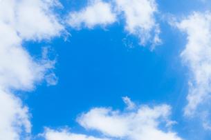 淡い青空と白い雲の写真素材 [FYI04101603]