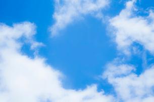 淡い青空と白い雲の写真素材 [FYI04101604]