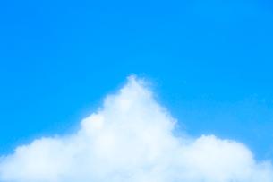 淡い青空と白い雲の写真素材 [FYI04101605]