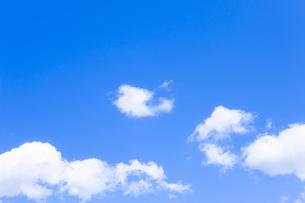 淡い青空と白い雲の写真素材 [FYI04101606]
