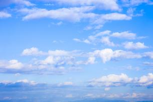淡い青空と白い雲の写真素材 [FYI04101608]