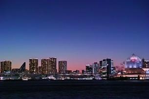 夕暮れのビル群遠景の写真素材 [FYI04101646]