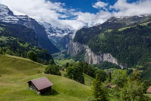 スイス、ラウターブルンネンの風景の写真素材 [FYI04101858]