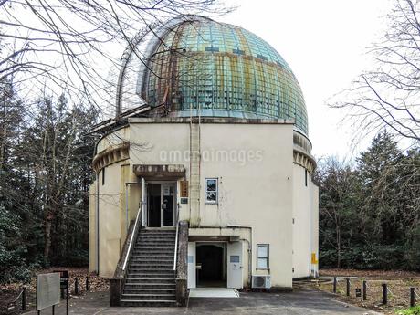 国立天文台の大赤道儀室、屈折望遠鏡を格納するドームの写真素材 [FYI04101898]