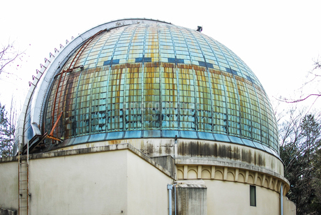 国立天文台の大赤道儀室、屈折望遠鏡を格納するドームの写真素材 [FYI04101900]