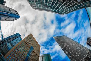 東京都港区・汐留のオフィスビル群と青空の写真素材 [FYI04101901]