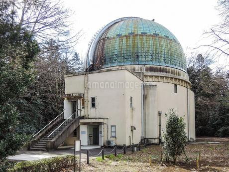 国立天文台の大赤道儀室、屈折望遠鏡を格納するドームの写真素材 [FYI04101902]