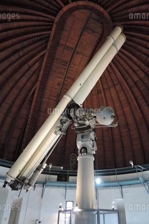 国立天文台大赤道儀室の屈折望遠鏡の写真素材 [FYI04101903]