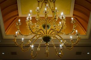 豪邸の豪華なシャンデリアのイメージの写真素材 [FYI04101988]