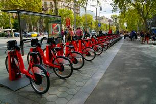 スペイン バルセロナの街のレンタル自転車の写真素材 [FYI04102200]