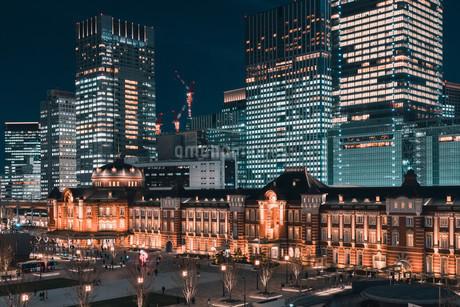 夜の東京駅と高層ビル群の写真素材 [FYI04102220]