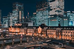 夜の東京駅と高層ビル群の写真素材 [FYI04102222]