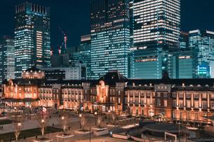 夜の東京駅と高層ビル群の写真素材 [FYI04102225]