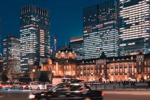 夜の東京駅と丸の内の景観の写真素材 [FYI04102228]