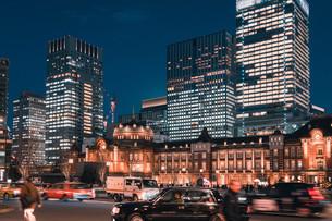 夜の東京駅と丸の内の景観の写真素材 [FYI04102229]