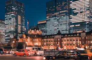 夜の東京駅と丸の内の景観の写真素材 [FYI04102230]