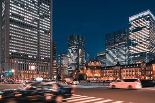 夜の東京駅と丸の内の景観の写真素材 [FYI04102232]