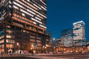 夜の東京駅と丸の内の景観の写真素材 [FYI04102233]