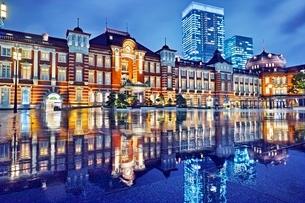 雨上がりの東京駅の写真素材 [FYI04102342]