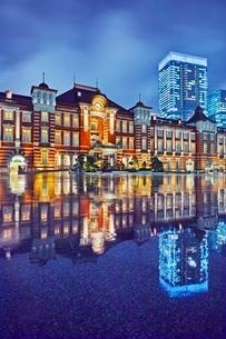 雨上がりの東京駅の写真素材 [FYI04102343]