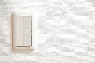照明のスイッチと白壁の写真素材 [FYI04102430]