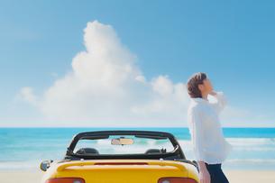 オープンカーの横で佇む女性 イラストの写真素材 [FYI04102526]