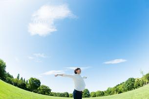 公園で伸びをする女性の写真素材 [FYI04102531]