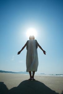 砂浜で空を見上げる女性のシルエットの写真素材 [FYI04102542]