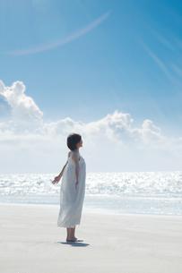 砂浜で空を見上げる女性の写真素材 [FYI04102545]