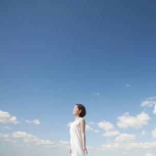 日差しを浴びる女性の写真素材 [FYI04102559]