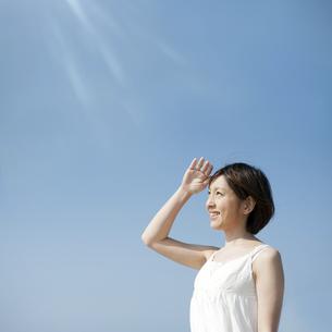 日差しを浴びる女性の写真素材 [FYI04102563]