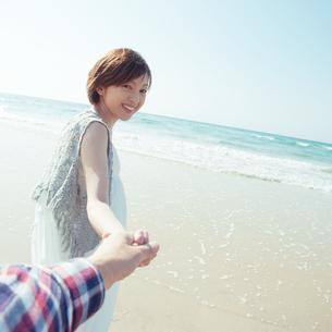 手を繋いで歩く女性の写真素材 [FYI04102569]