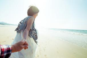 手を繋いで歩く女性の写真素材 [FYI04102571]