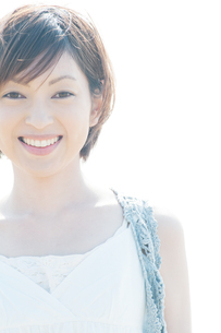 微笑む女性の写真素材 [FYI04102572]