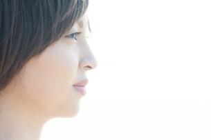 遠くを見つめる女性の横顔の写真素材 [FYI04102578]