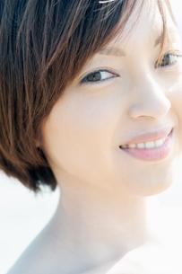 微笑む女性の写真素材 [FYI04102579]