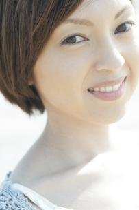 微笑む女性の写真素材 [FYI04102581]