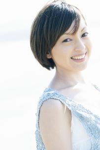 微笑む女性の写真素材 [FYI04102582]