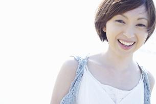 微笑む女性の写真素材 [FYI04102588]