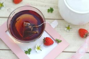 フォトフレームに置かれた紅茶といちごの写真素材 [FYI04102645]