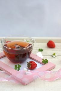 フォトフレームに置かれた紅茶といちごの写真素材 [FYI04102647]